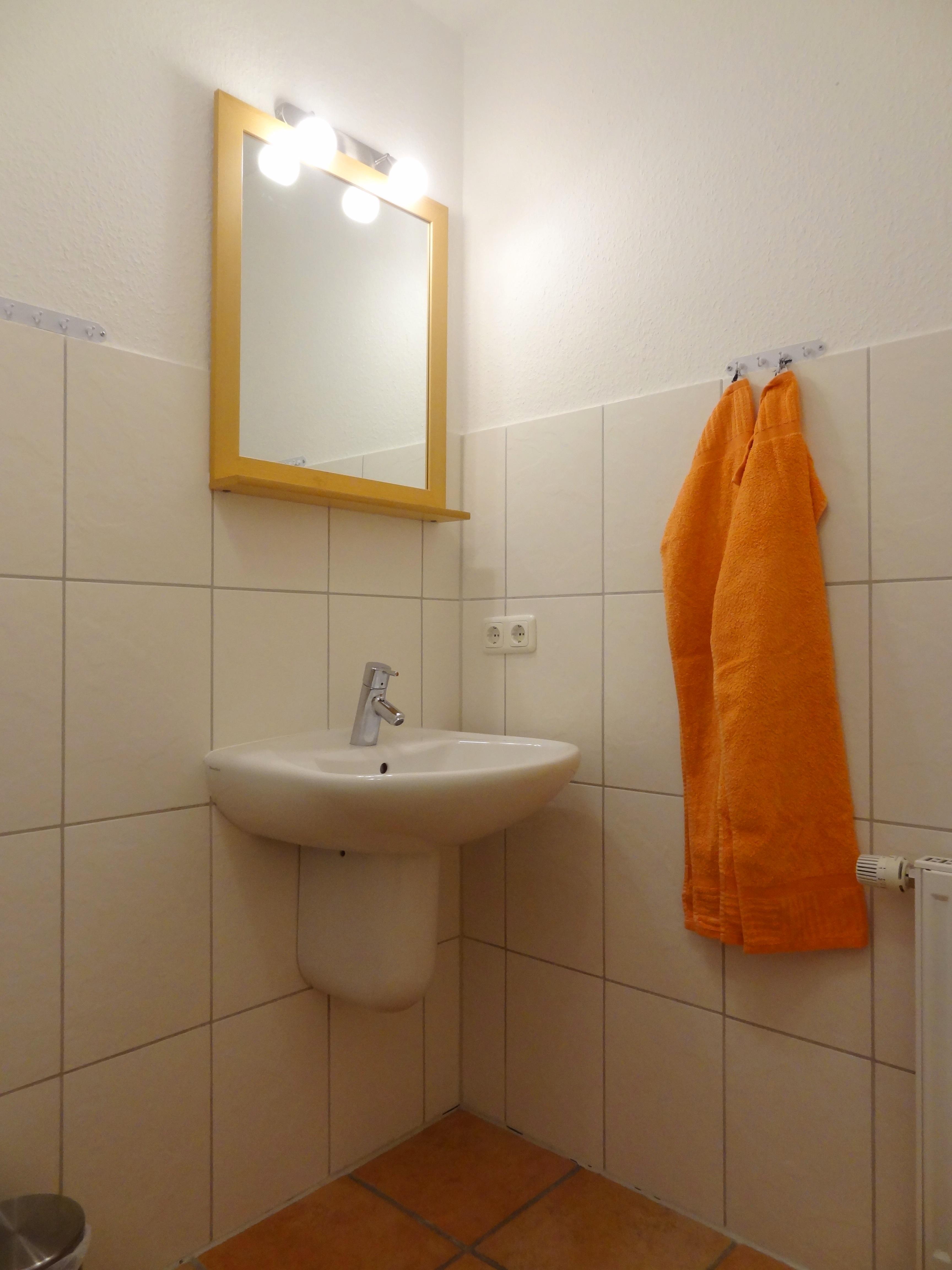 Badezimmer mit Spiegel der Ferienwohnung Hagen von Ferienwohnungen Hass auf Fehmarn