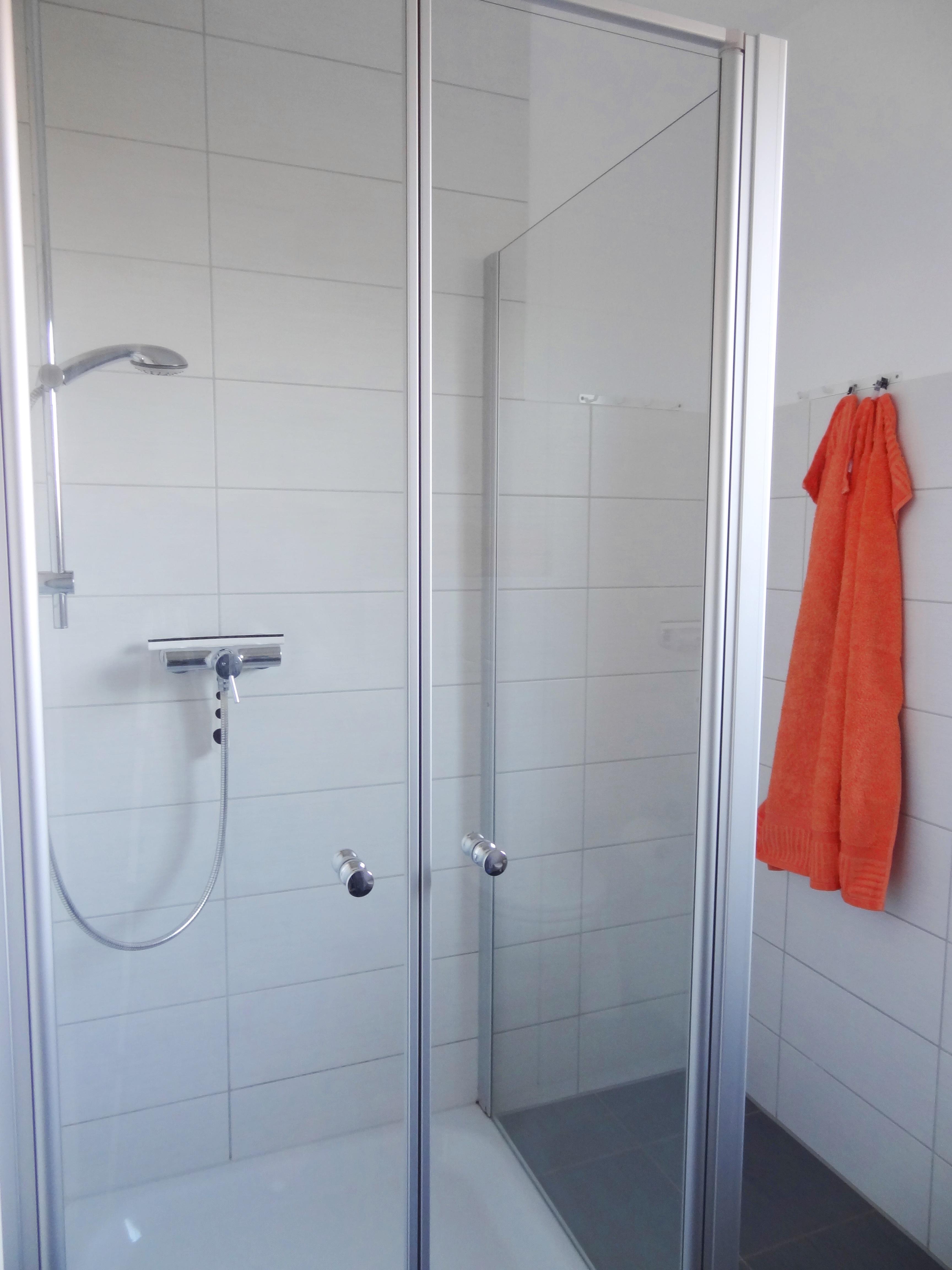 Badezimmer mit Dusche der Ferienwohnung Itzehoe von Ferienwohnungen Hass auf Fehmarn