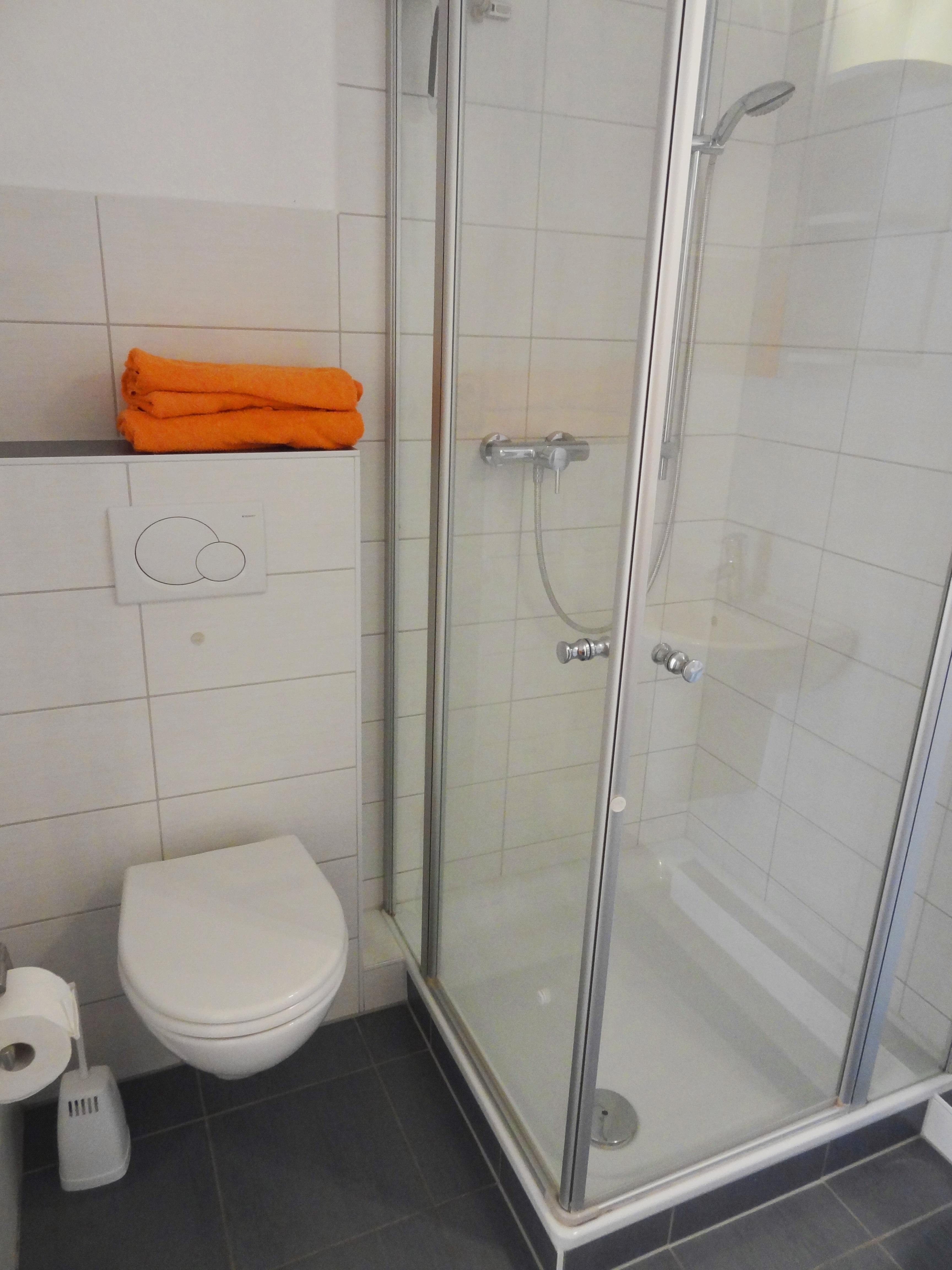 Badezimmer mit Dusche der Ferienwohnung Kiel von Ferienwohnungen Hass auf Fehmarn