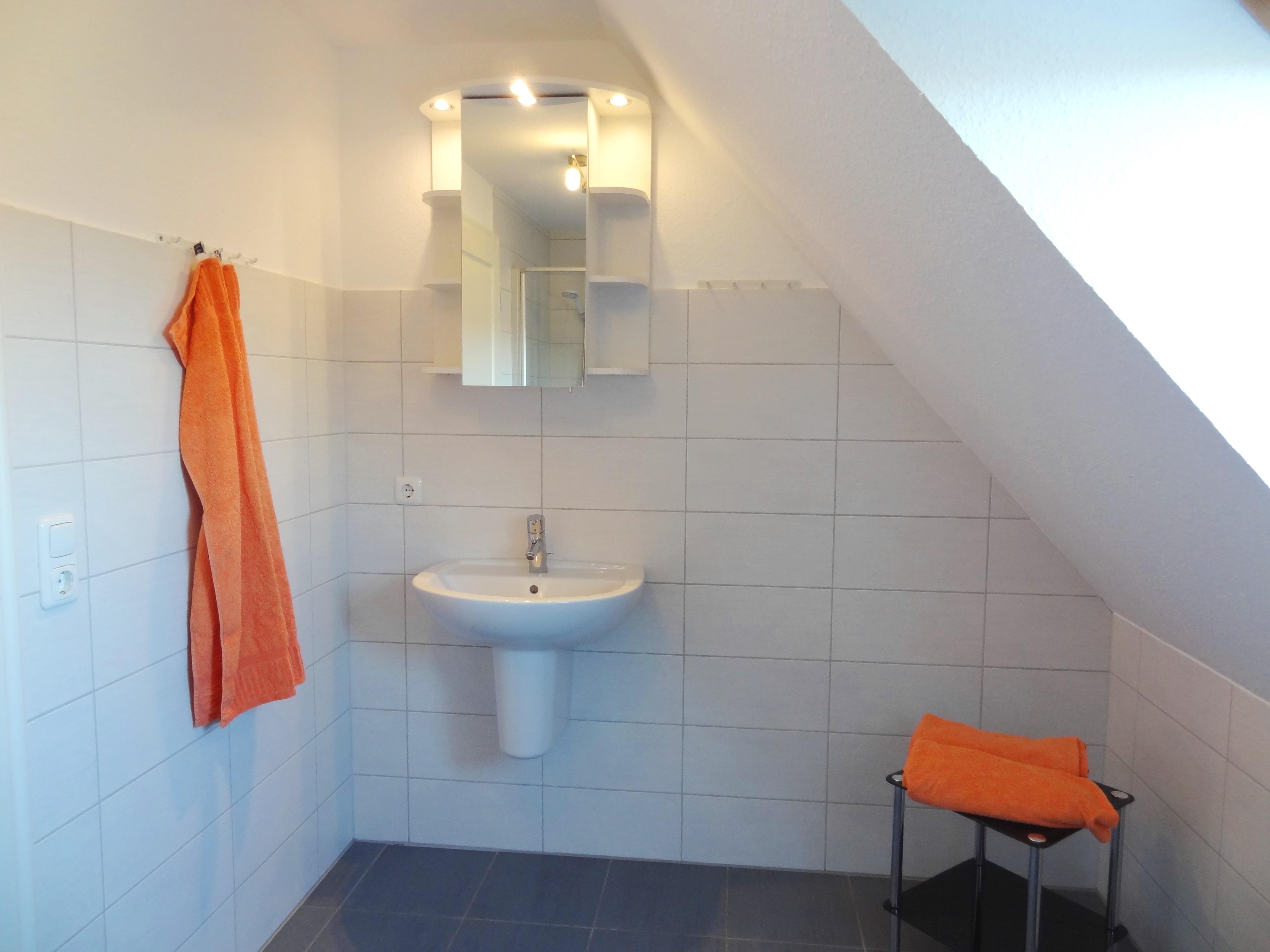 Badezimmer mit Fenster der Ferienwohnung Studio Seeblick von Ferienwohnungen Hass auf Fehmarn