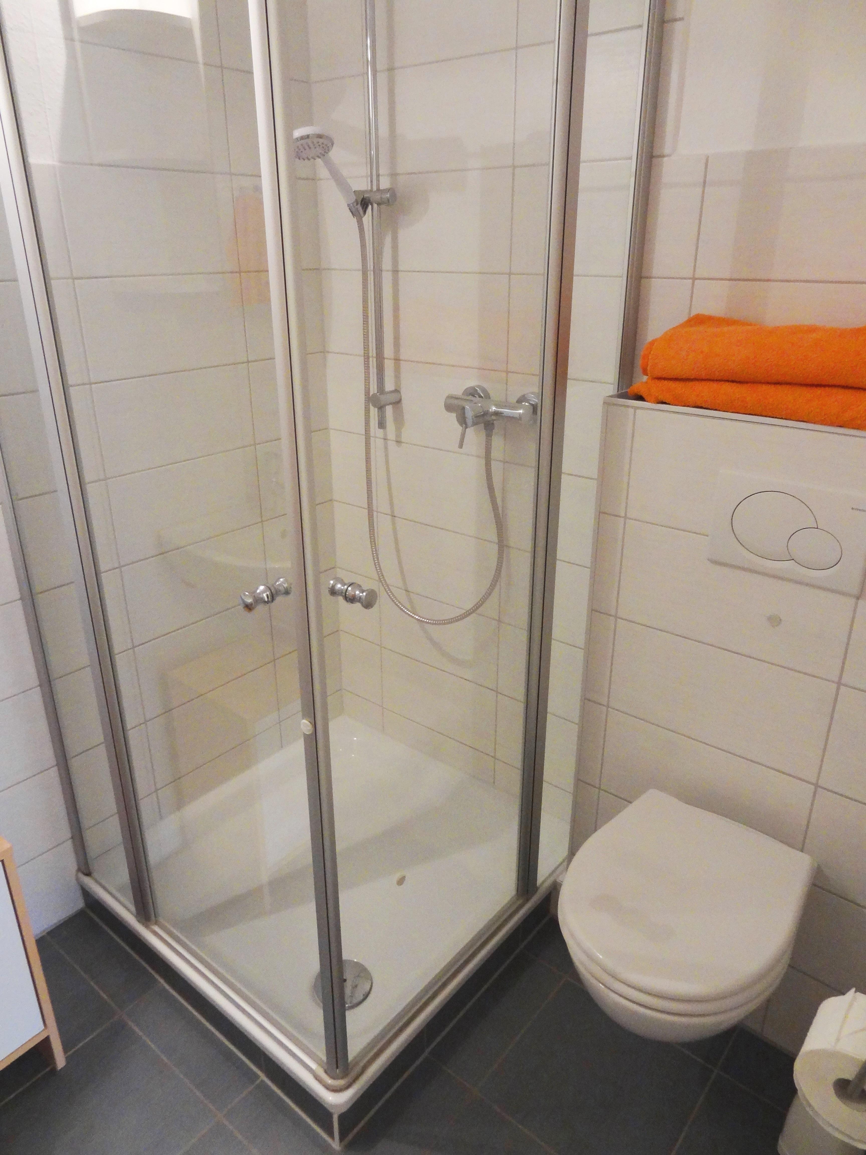 Badezimmer mit Dusche der Ferienwohnung Schwerin von Ferienwohnungen Hass auf Fehmarn