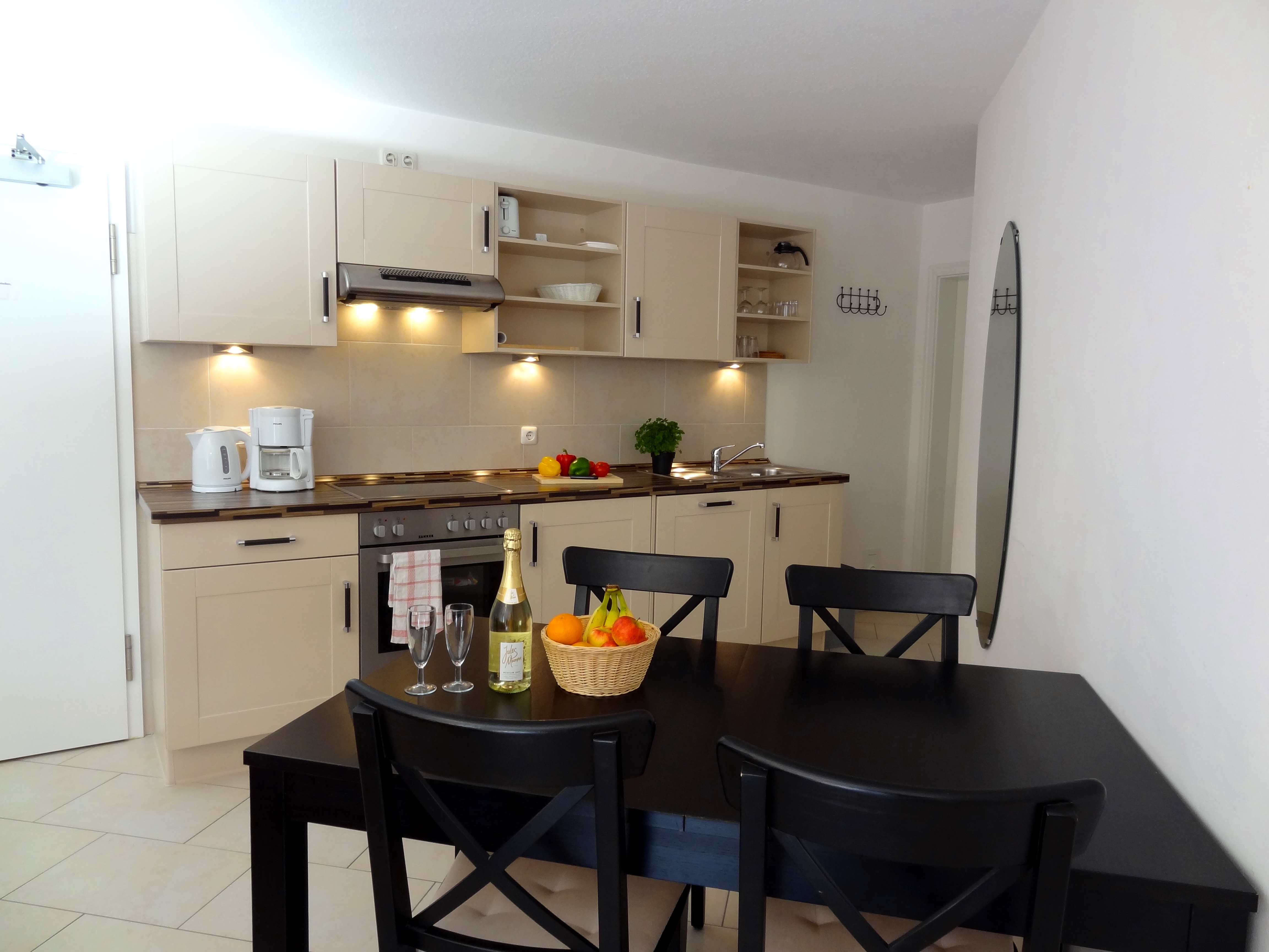 Küche mit Essbereich der Ferienwohnung Husum von Ferienwohnungen Hass auf Fehmarn