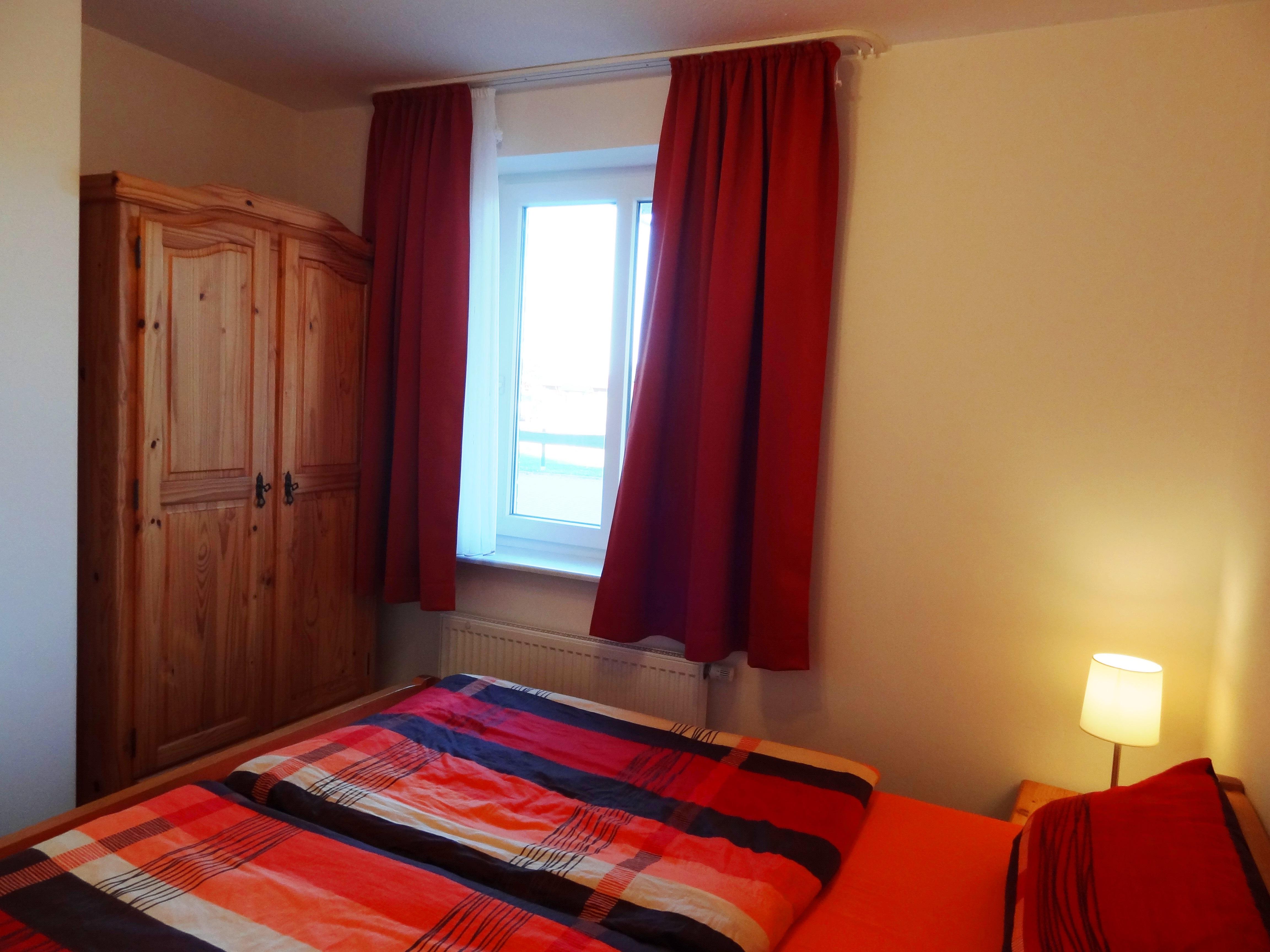 Schlafzimmer mit Fenster der Ferienwohnung Brandenburg von Ferienwohnungen Hass auf Fehmarn