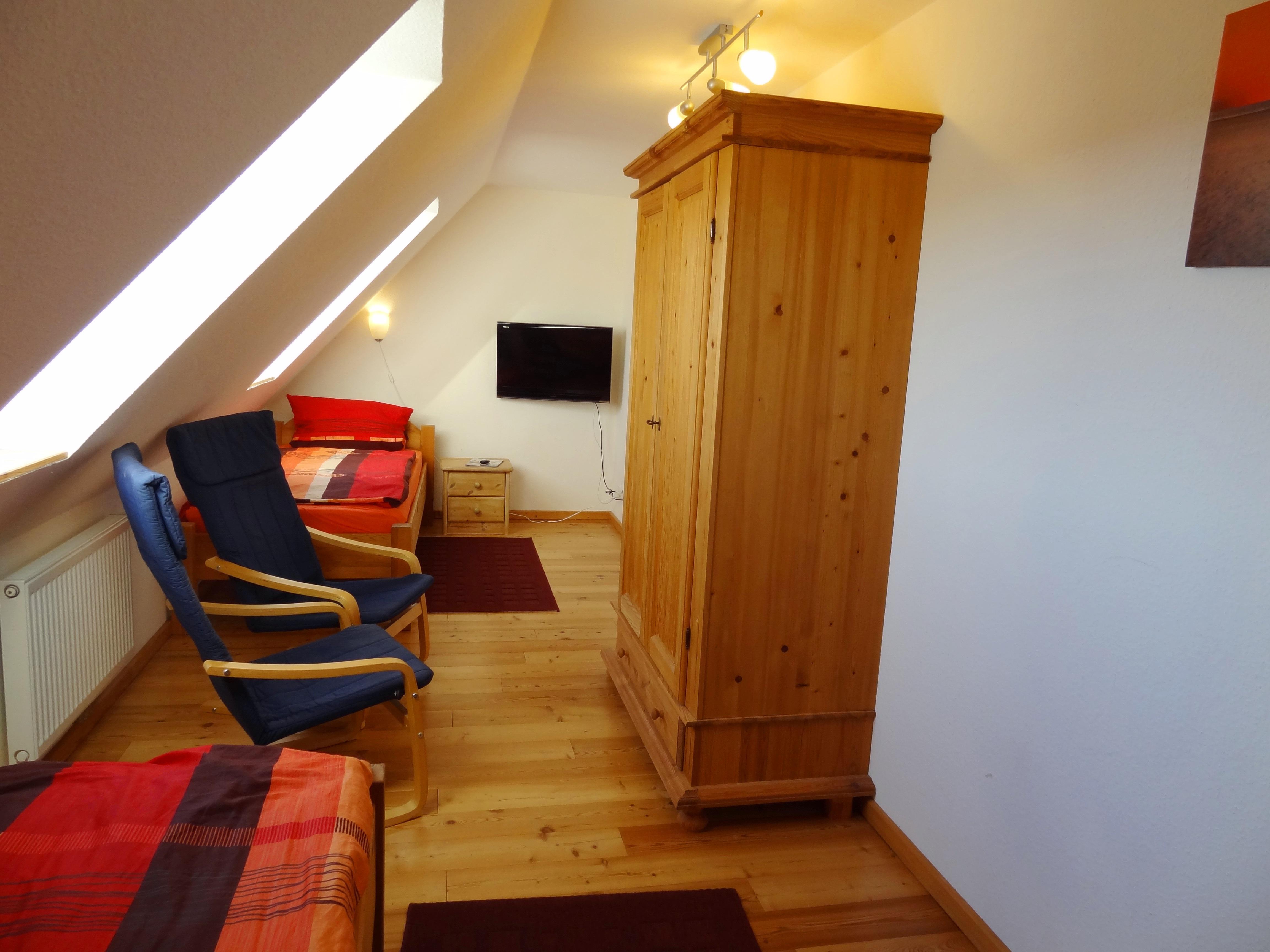 Zweites Schlafzimmer mit Fernseher der Ferienwohnung Studio Seeblick von Ferienwohnungen Hass auf Fehmarn