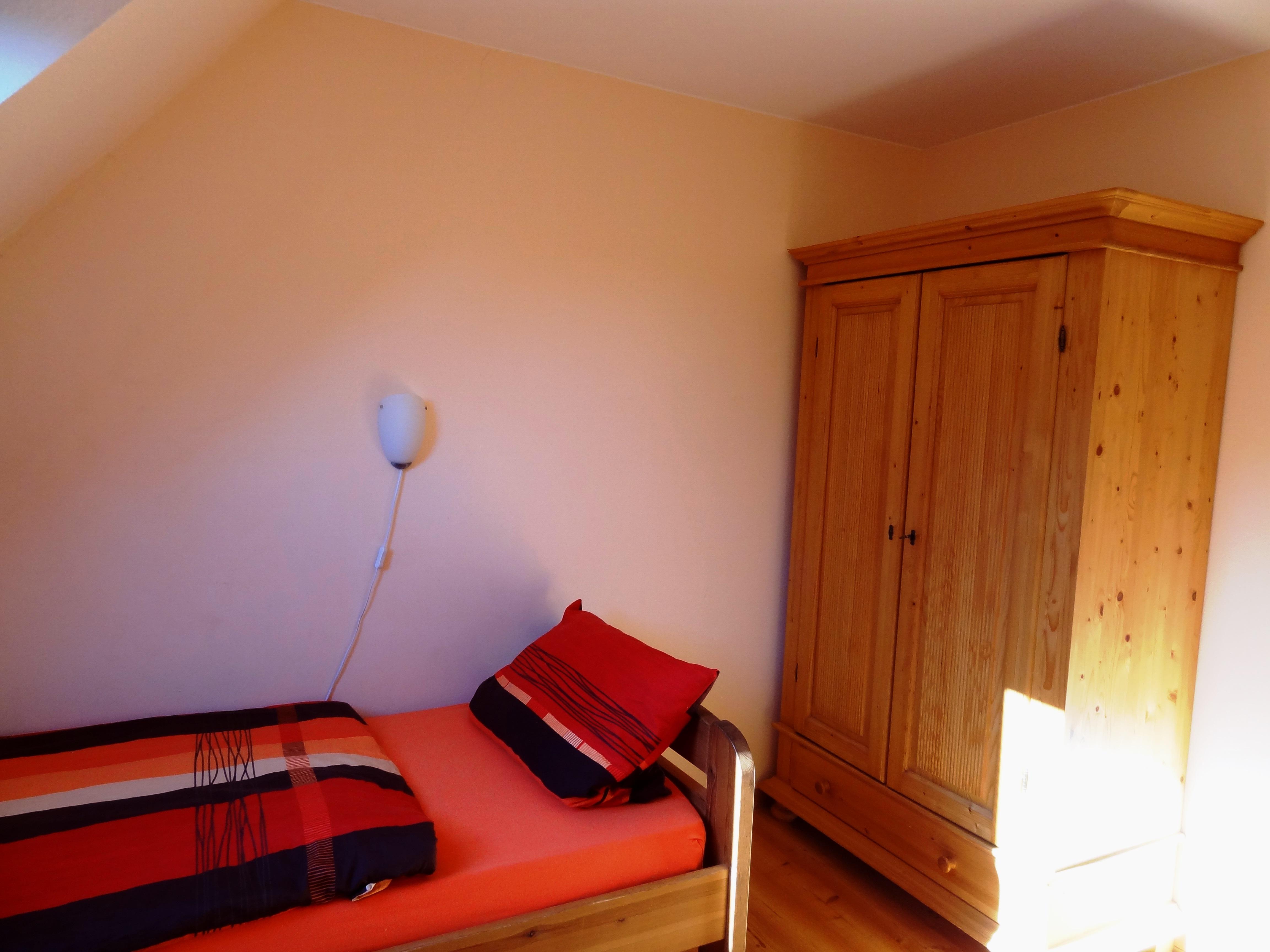 Zweites Schlafzimmer mit Schrank der Ferienwohnung Markt Schwaben von Ferienwohnungen Hass auf Fehmarn