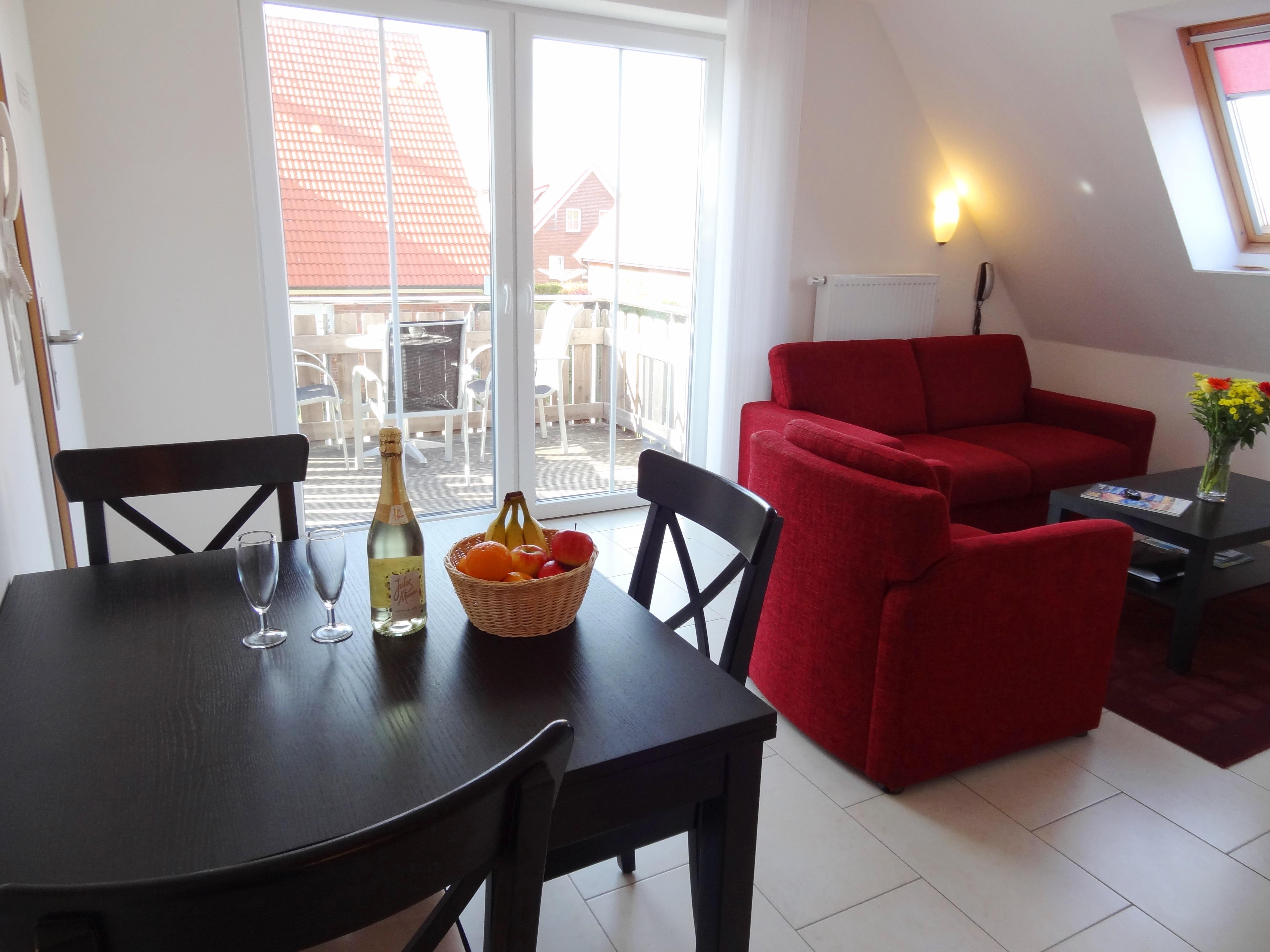 Wohnzimmer mit Balkon der Ferienwohnung Schwerin von Ferienwohnungen Hass auf Fehmarn