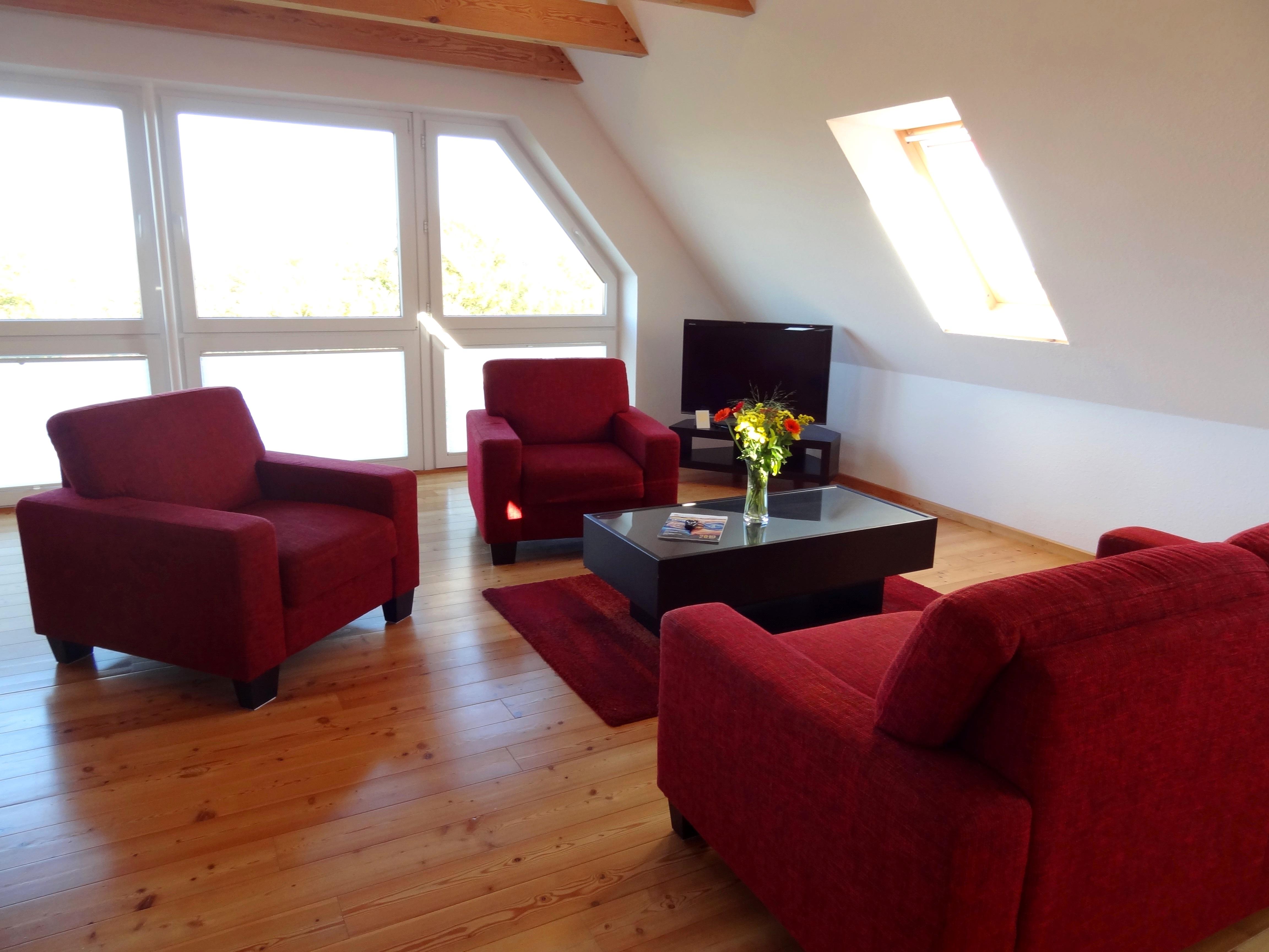 Wohnzimmer mit gemütlichem Sitzbereich der Ferienwohnung Studio Seeblick von Ferienwohnungen Hass auf Fehmarn