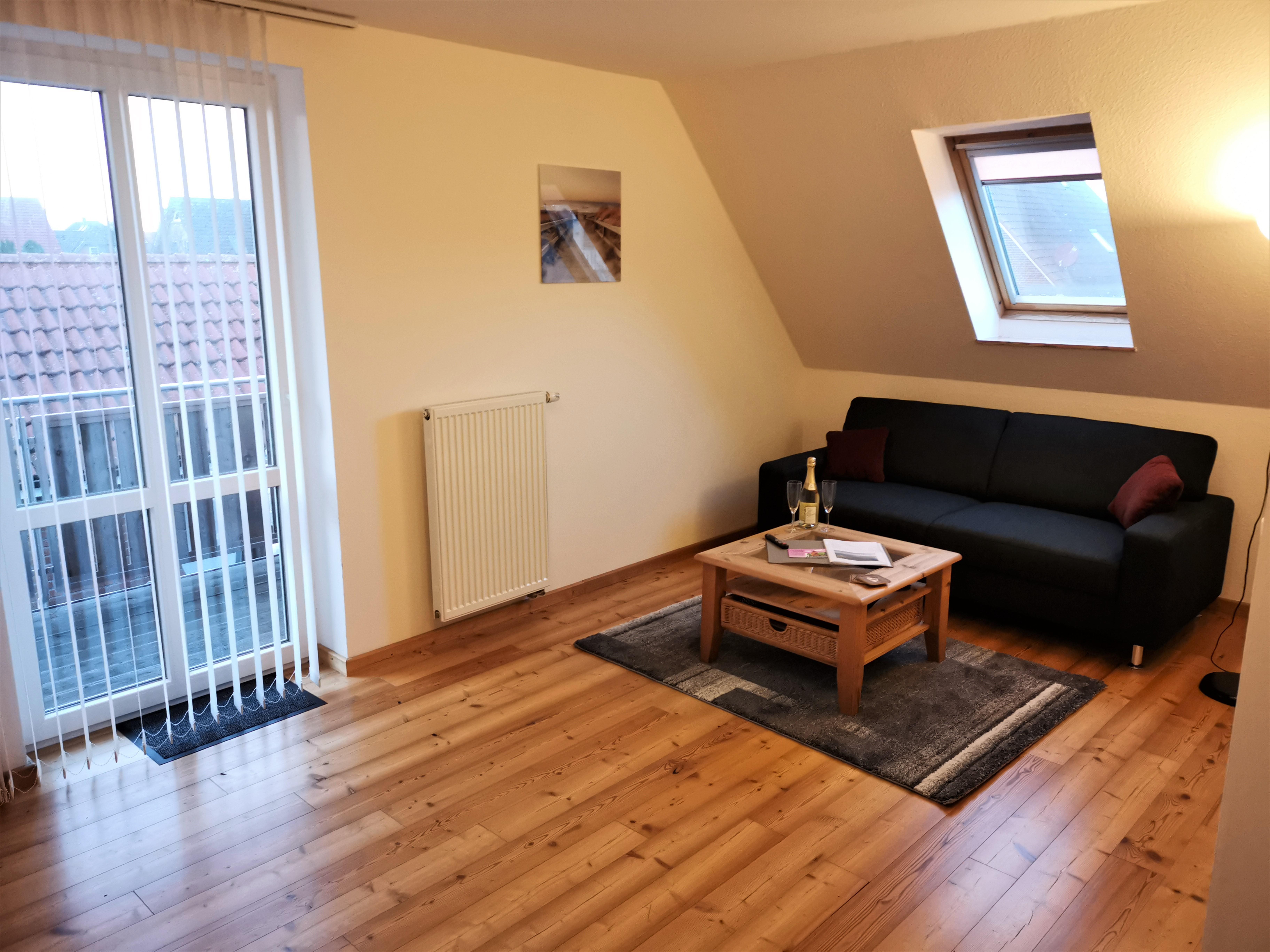 Wohnzimmer mit Balkon der Ferienwohnung Gilge von Ferienwohnungen Hass auf Fehmarn
