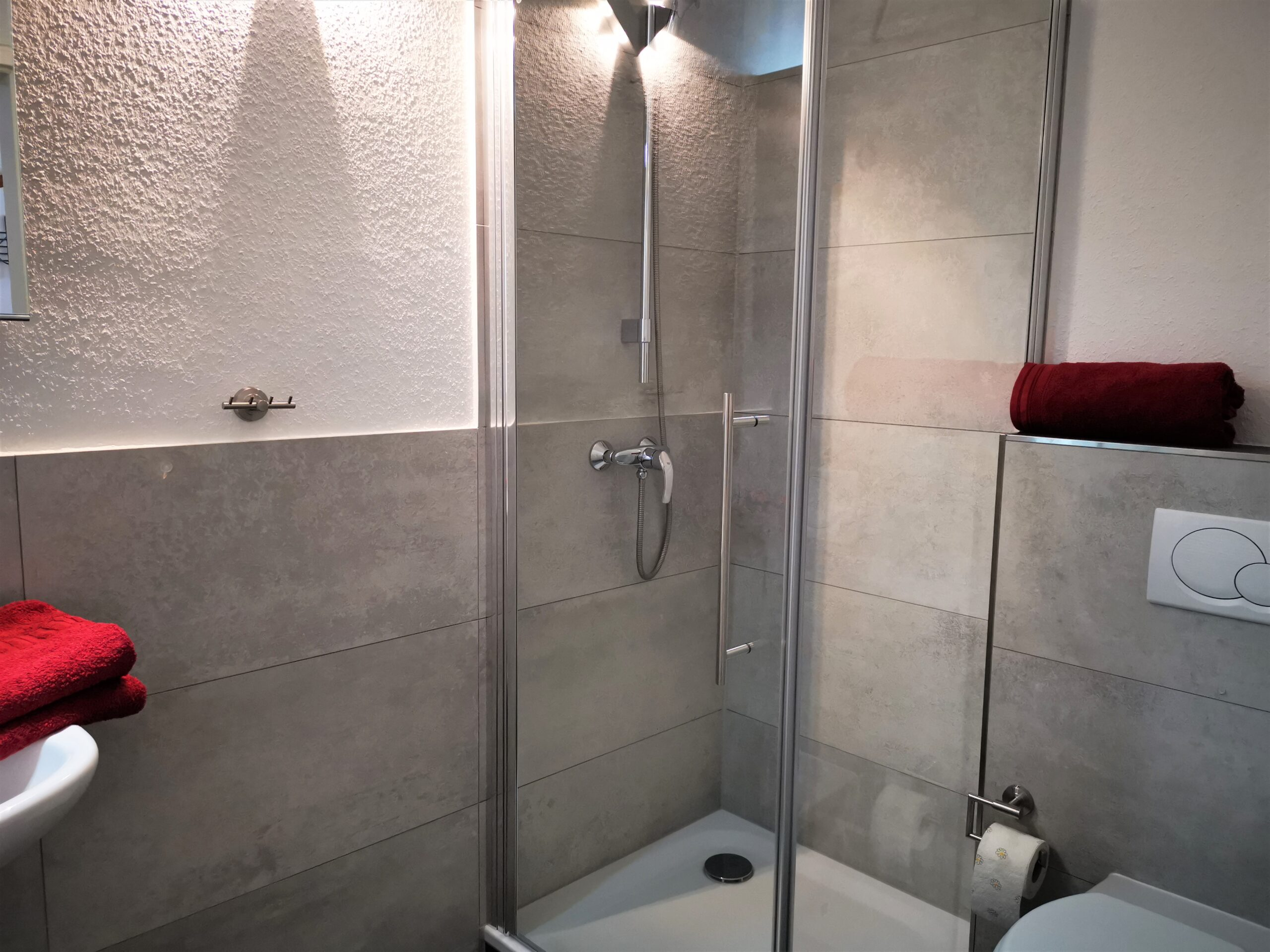 Badezimmer mit Dusche der Ferienwohnung Fehmarn von Ferienwohnungen Hass auf Fehmarn