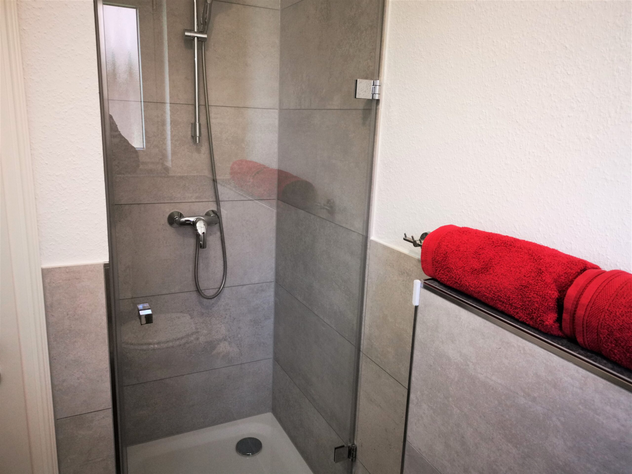 Badezimmer mit Dusche der Ferienwohnung Heide von Ferienwohnungen Hass auf Fehmarn
