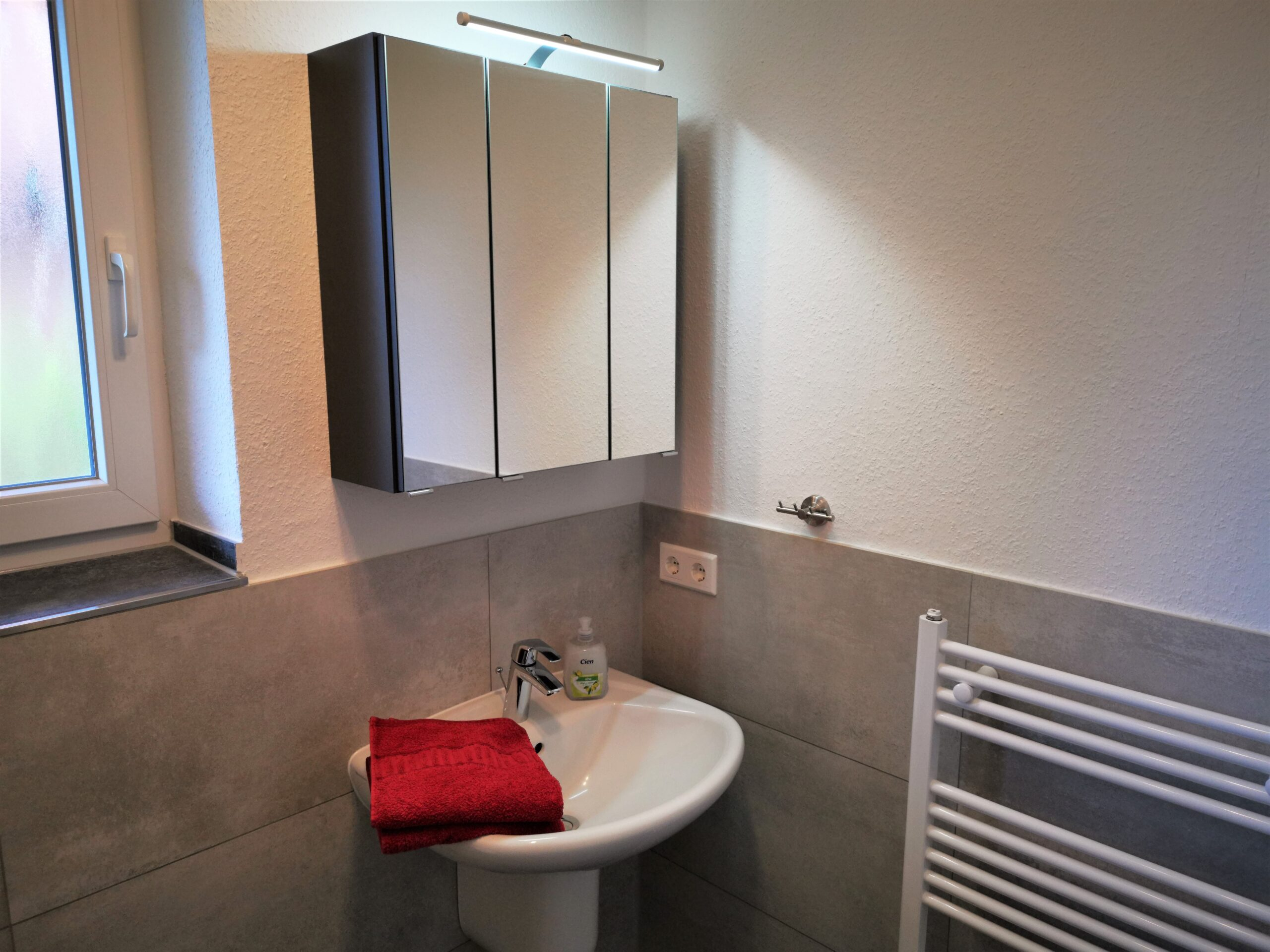 Badezimmer mit Fenster der Ferienwohnung Heide von Ferienwohnungen Hass auf Fehmarn