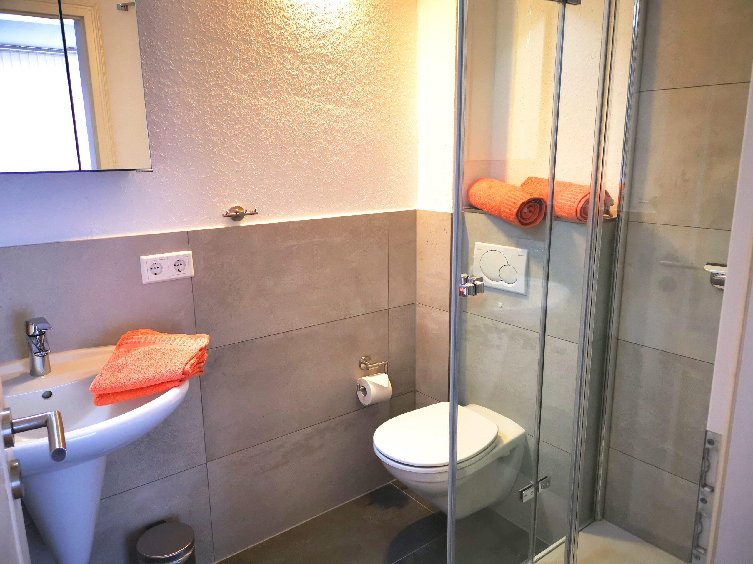Badezimmer mit Dusche der Ferienwohnung Brandenburg von Ferienwohnungen Hass auf Fehmarn