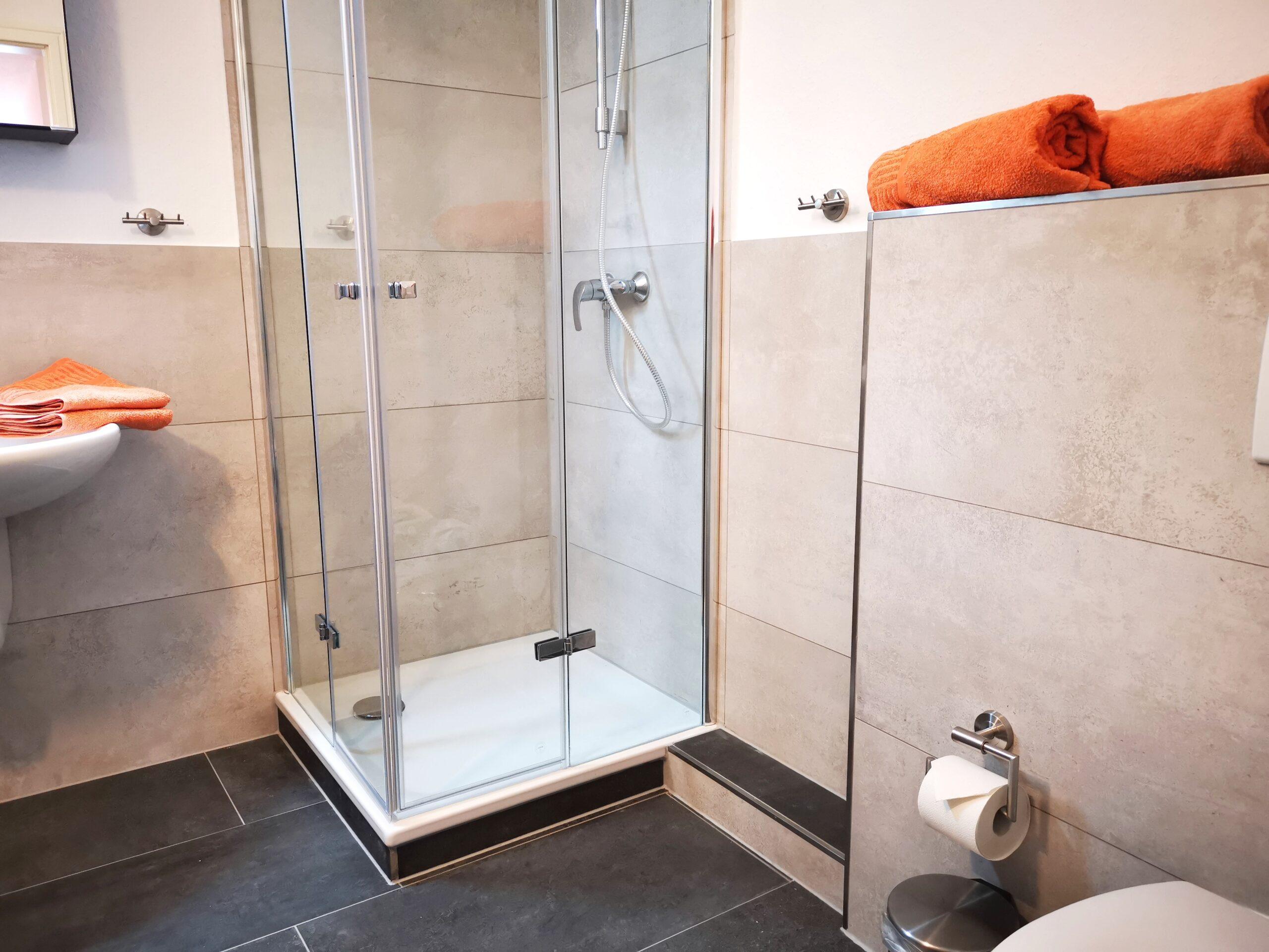 Badezimmer mit Dusche der Ferienwohnung Markt Schwaben von Ferienwohnungen Hass auf Fehmarn